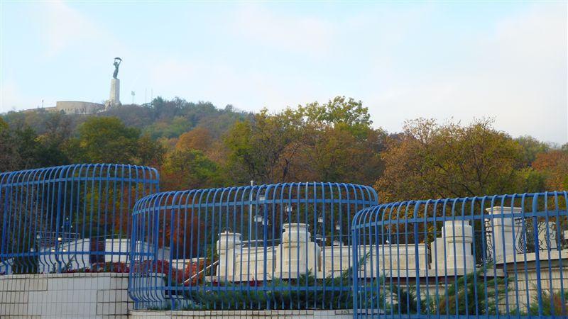 Kék kerítés mögött