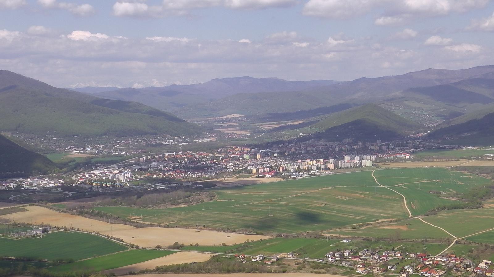 Rozsnyói-medence /Háttérben a Magas-Tátra havas csúcsai körvonal