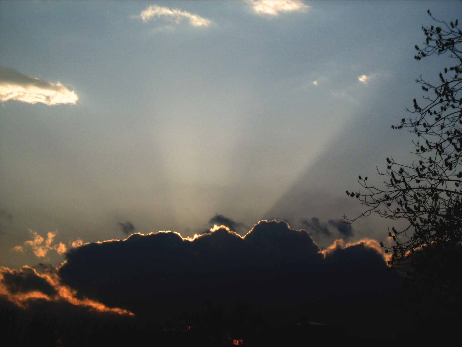 felhők mögött a nap