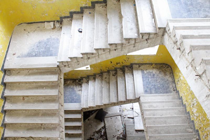 Egy másik lépcsőház, immár vaskorlát nélkül