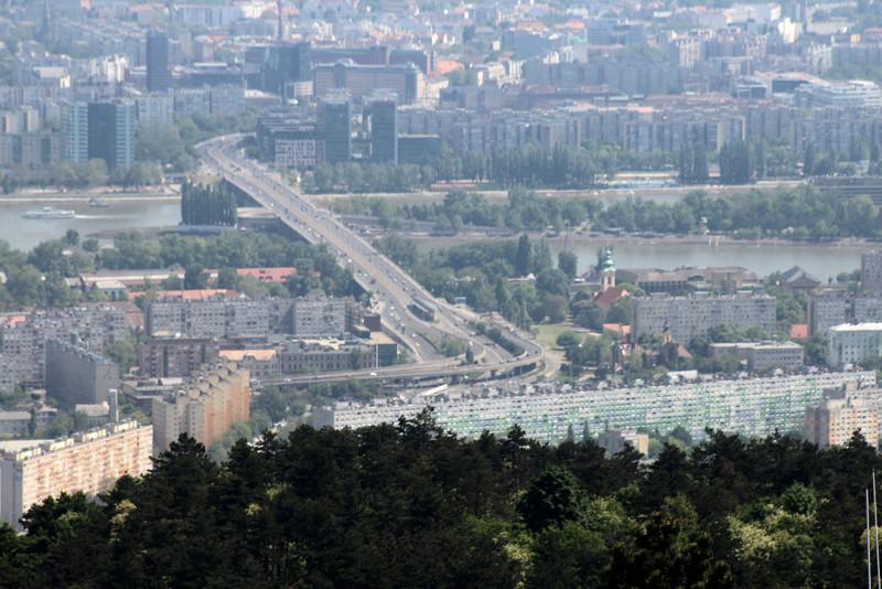 Egy közelebbi kép az Árpád hídról és az Óbudai Faluházról. (kép: kektura.blog.hu)