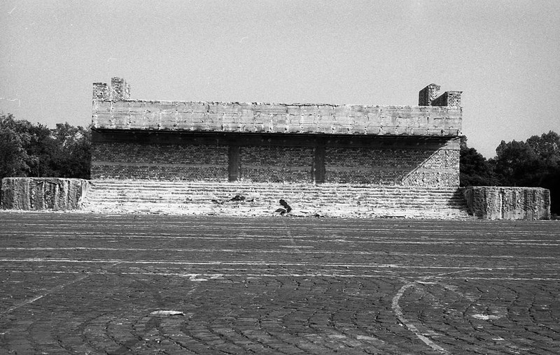 A dísztribün bontása a Felvonulási téren, 1990 körül. (fortepan.hu, 138544)