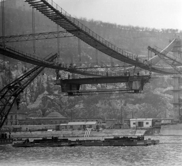 Az Erzsébet híd építése 1963 körül. (fortepan.hu, 137651)
