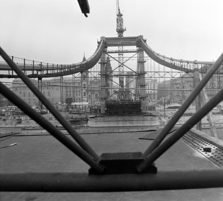 Az Erzsébet híd építése 1963 körül. (fortepan.hu, 137652)