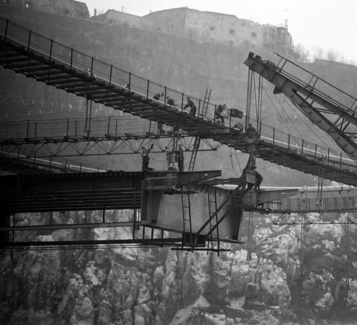 Az Erzsébet híd építése 1963 körül. (fortepan.hu, 137658)
