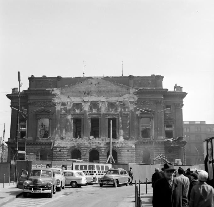 A Nemzeti Színház bontása a Blaha Lujza téren, 1965. (fortepan.hu, 138280)