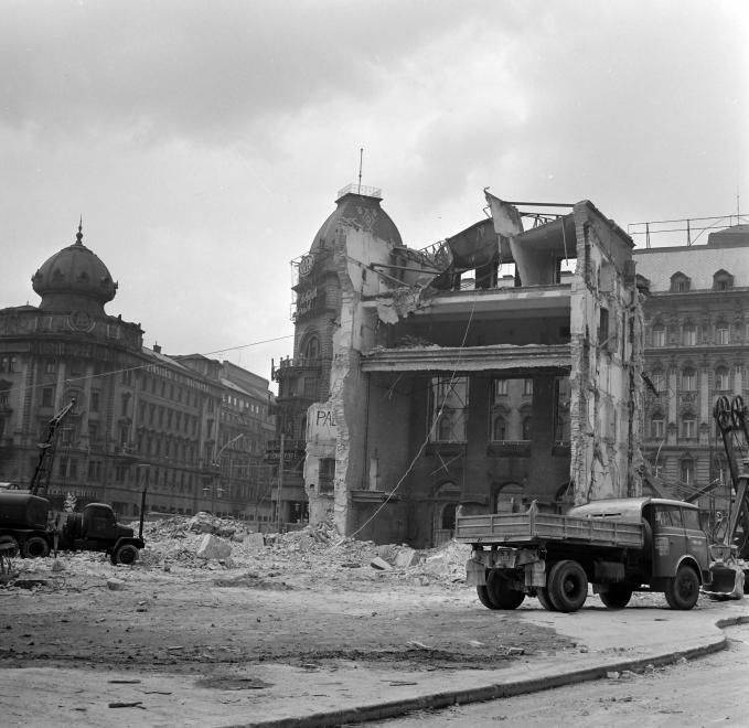 A Nemzeti Színház bontása a Blaha Lujza téren, 1965. (fortepan.hu, 138283)