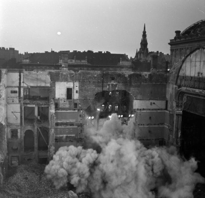 A Nemzeti Színház bontása a Blaha Lujza téren, 1965. (fortepan.hu, 138288)
