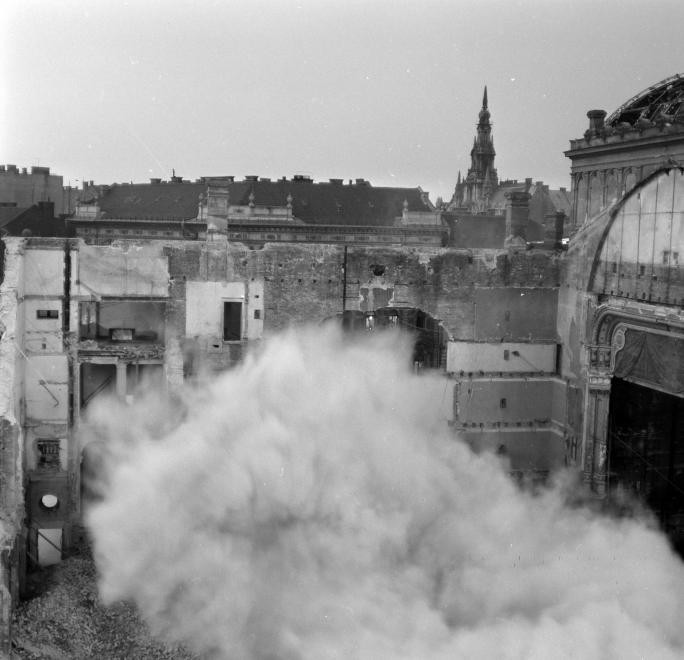 A Nemzeti Színház bontása a Blaha Lujza téren, 1965. (fortepan.hu, 138290)