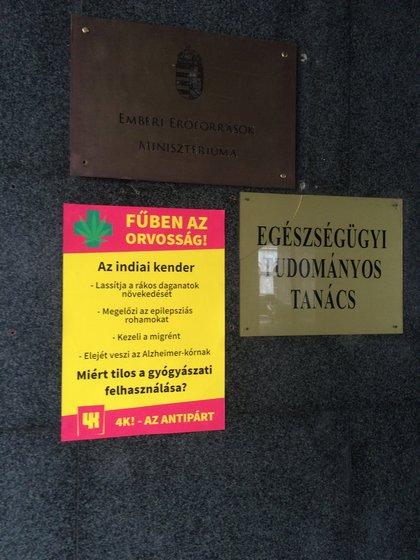 A 4K! aktivistái a marihuána pozitív hatásait felsoroló plakátot tettek ki az államtitkárság épületére.