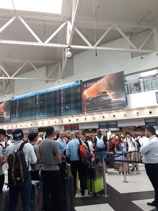 Először szerepelt Shanghai neve a kijelzőkön. Sok utas várta, hogy Shanghajba utazhasson ma délután.