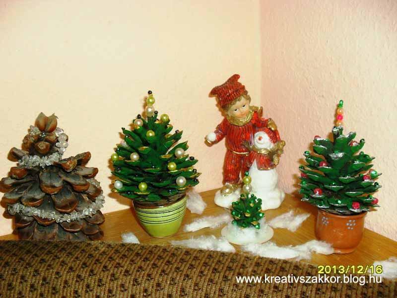 Mini karácsonyfák tobozból