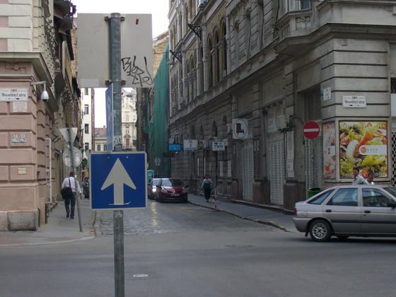 Ellentmondásos közlekedési tábla - Síp utca. Fotó: Erdős Rita