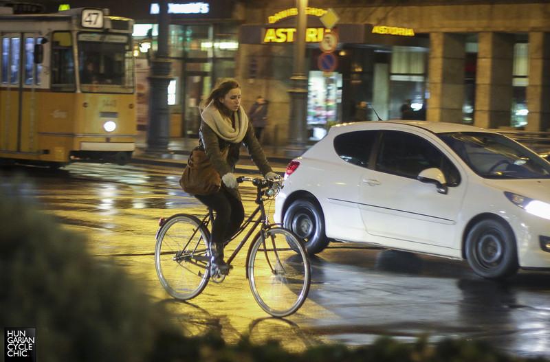 Vizes úton a matt fekete bringa