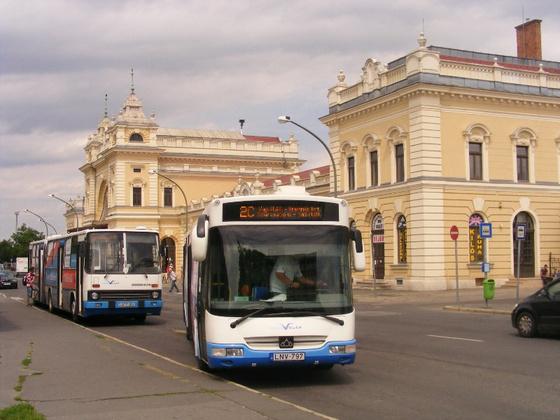 Buszok és vasútállomás