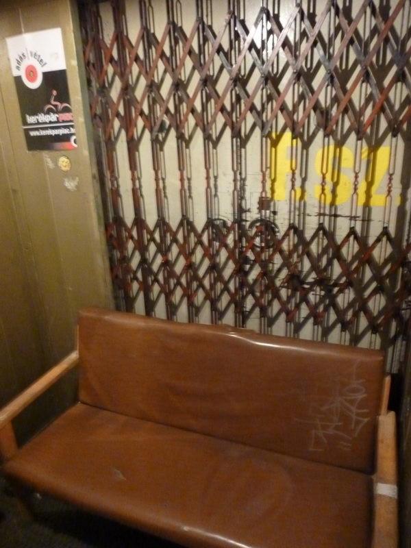 Ülőhelyek a liftben