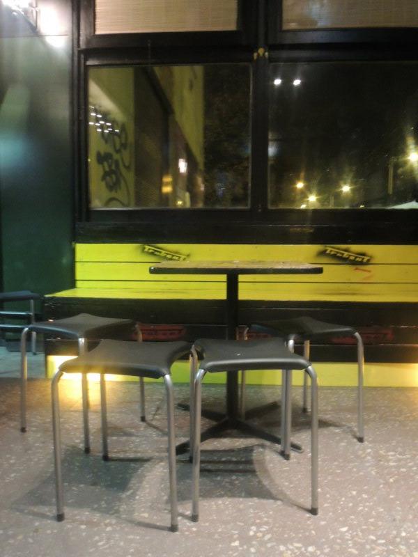 Sárga padok, olcsó székek