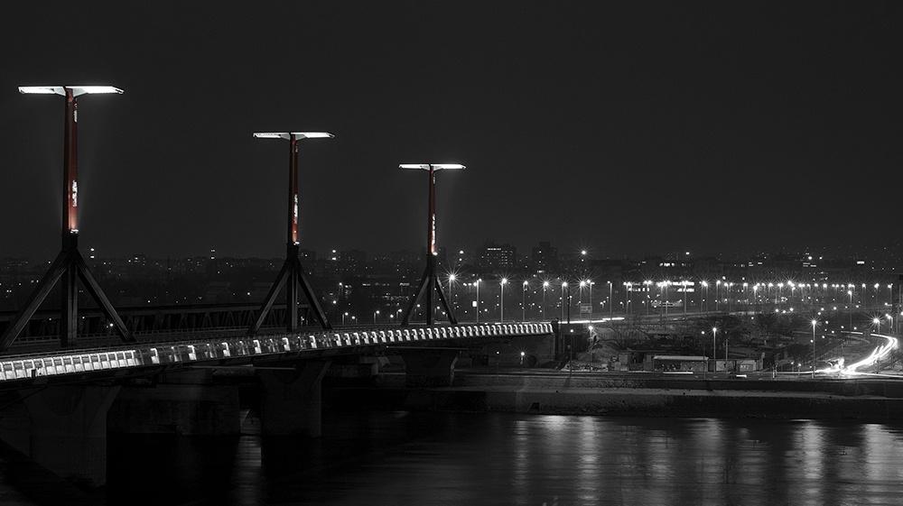 Híd vörös oszloppal