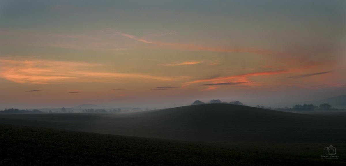 Álmos ködben fürdik a hajnal