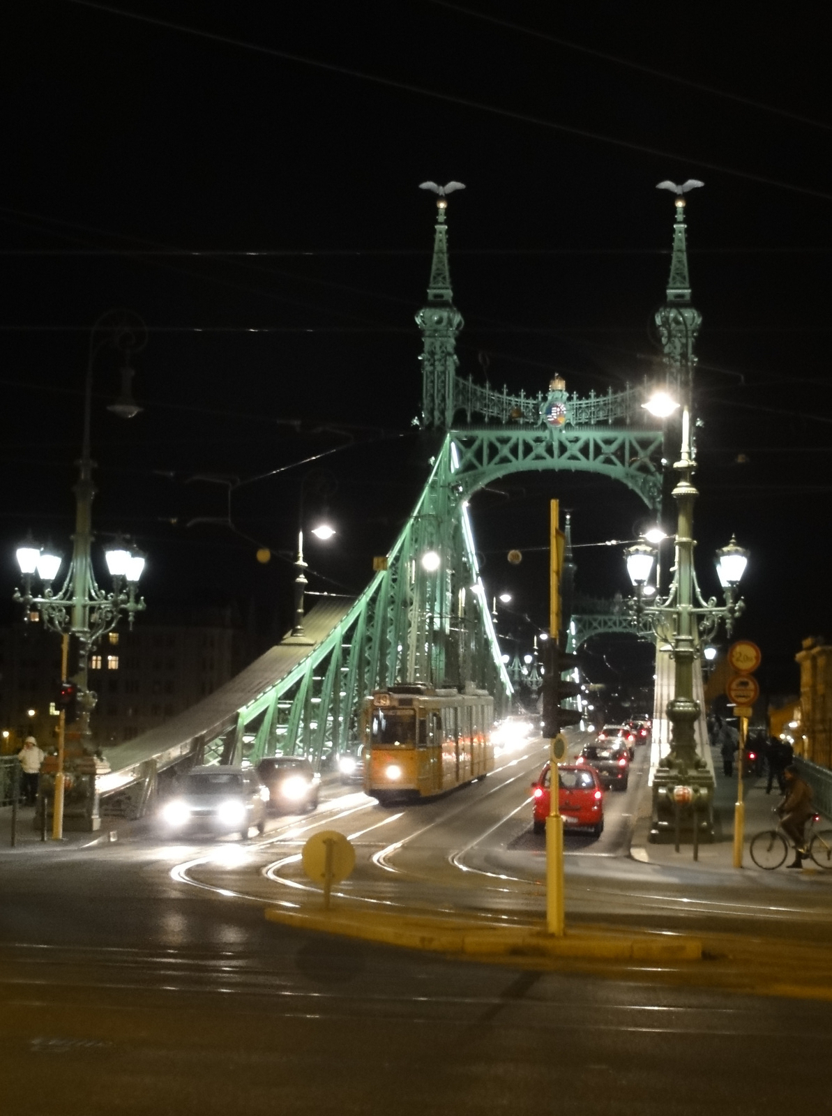 Szabadság-híd esti fényben.