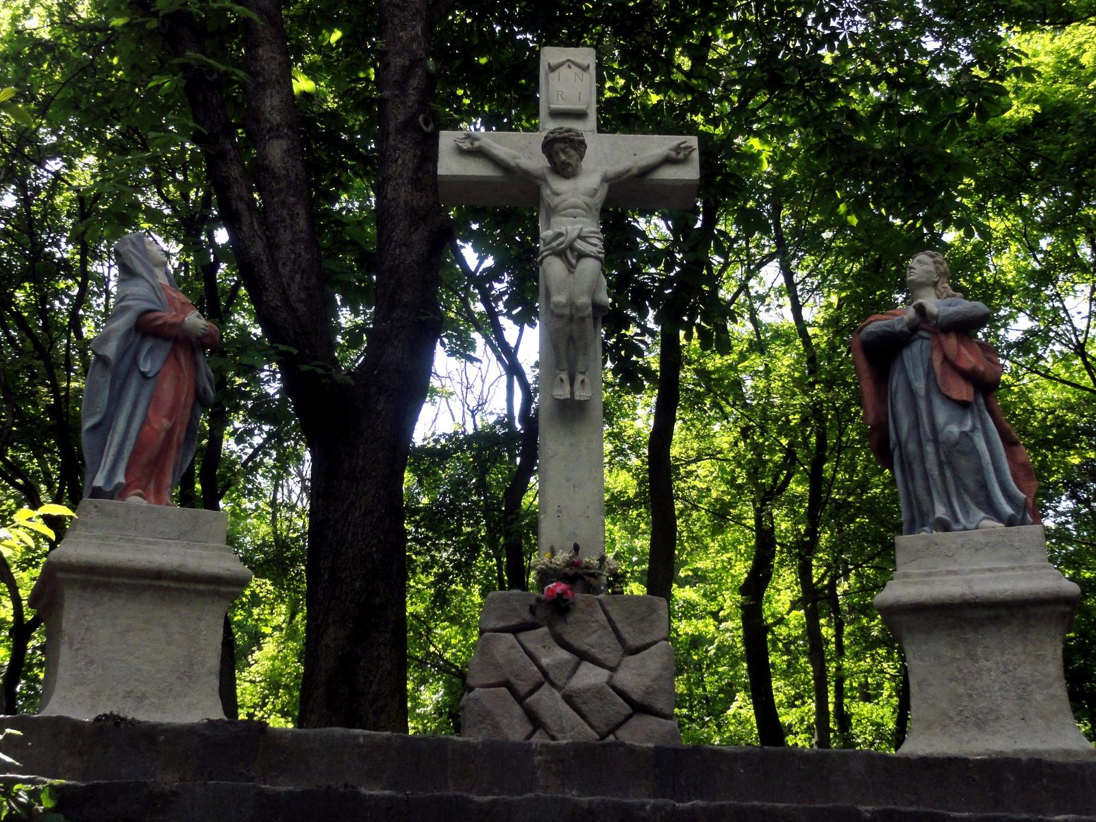 1985-ben felújított Golgota-szoborcsoport.