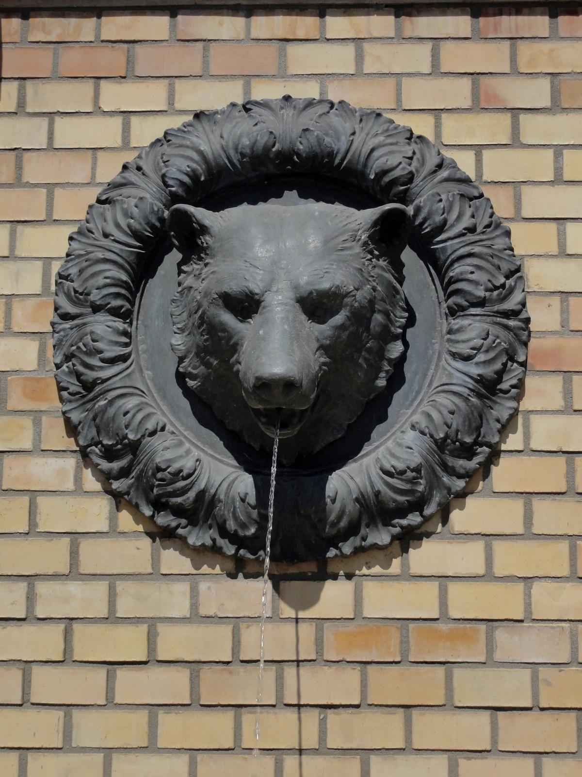 Várkert Bazár, medvefejes ivókút.