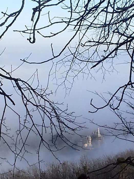 Fenn az ég, lenn a köd.