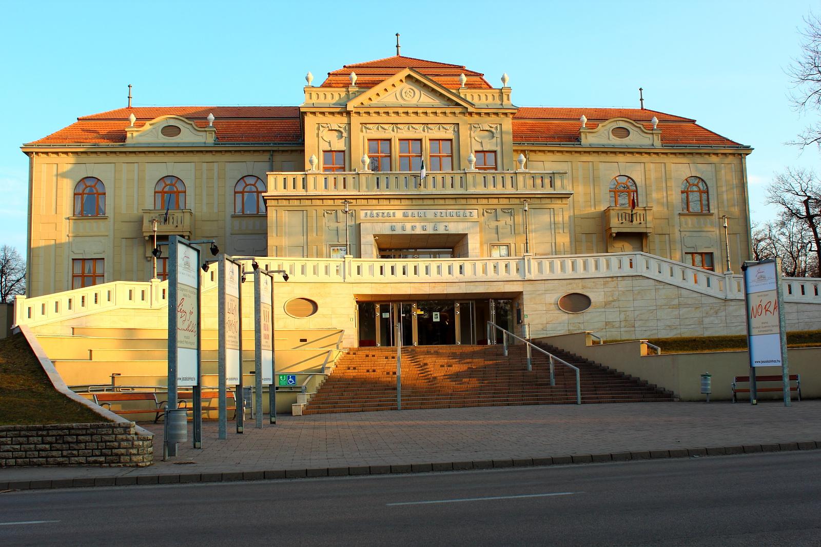 Felújított színház