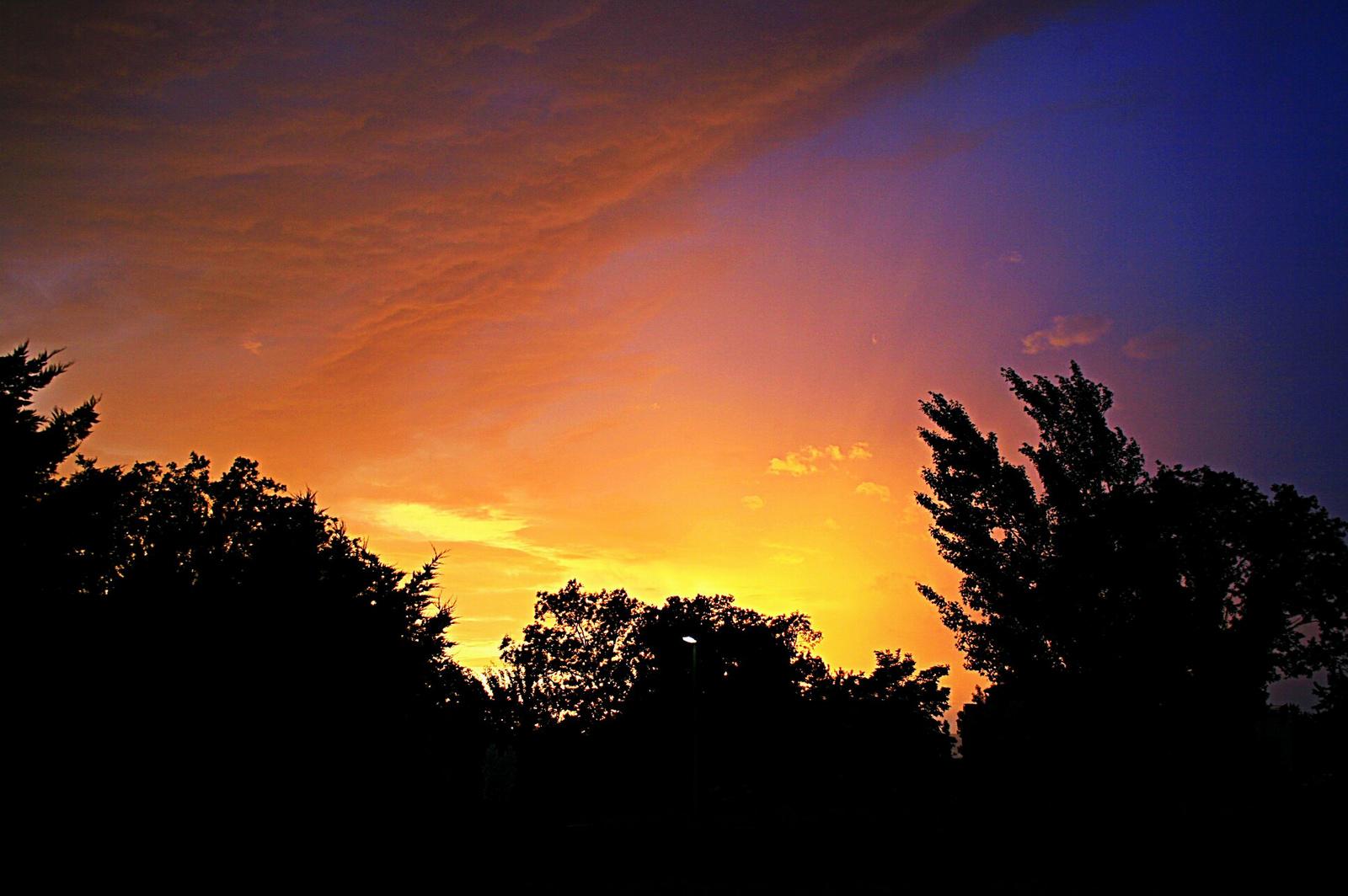 Szivárványszínű este