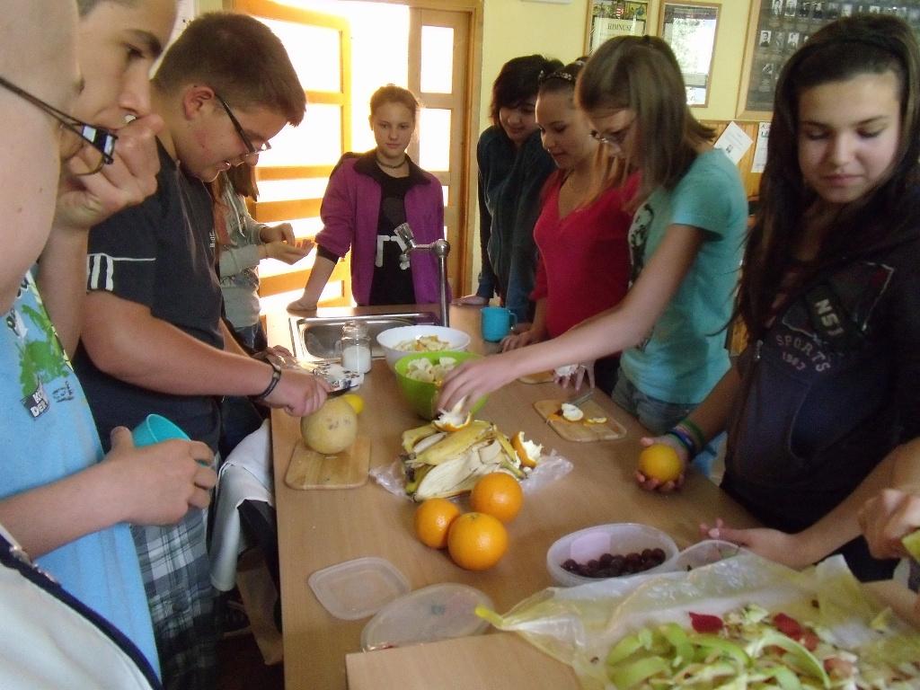 Gyümölcssaláta készítése