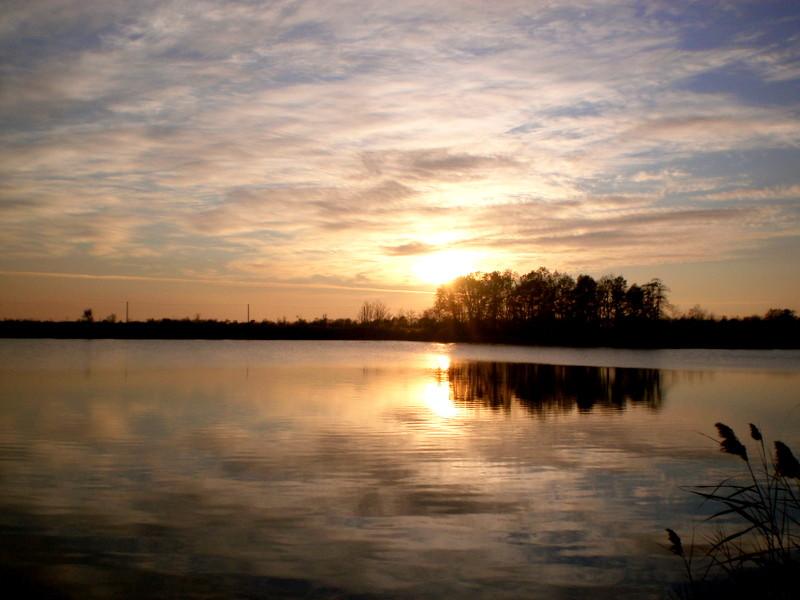 Fény a tó tükrén