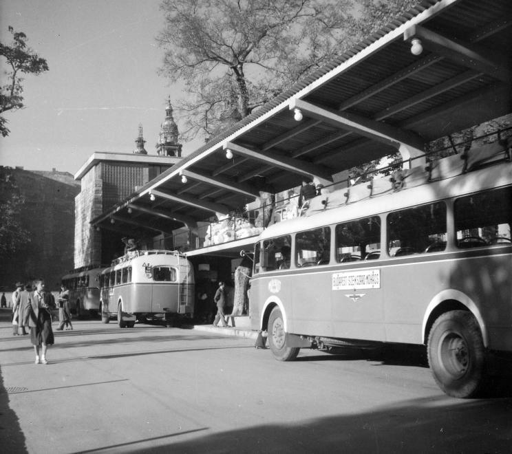 ErzsebetTeriBuszpalyaudvar-1949-fortepan.hu-96615