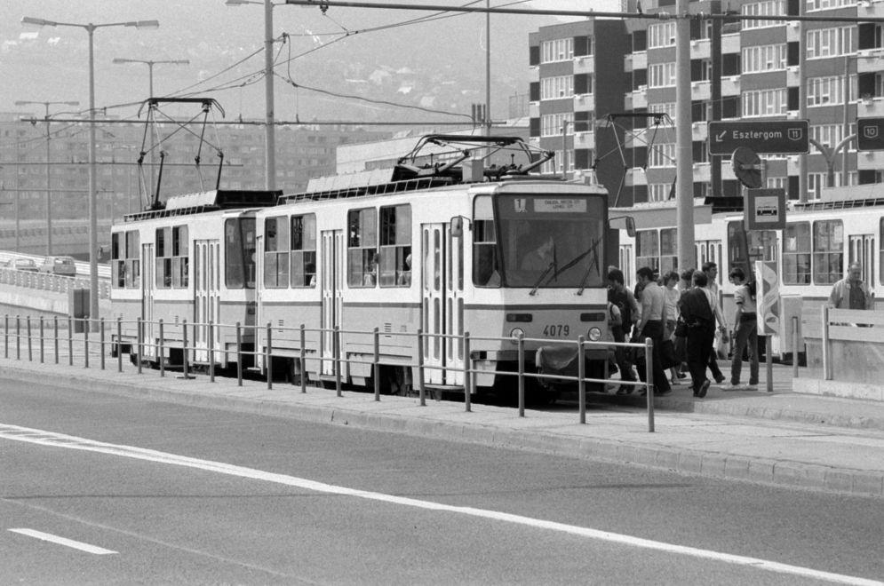 Villamos1-1985Korul-SzentlelekTer-fortepan.hu-174561