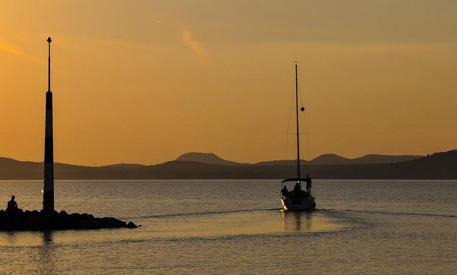 Kihajózás naplementében