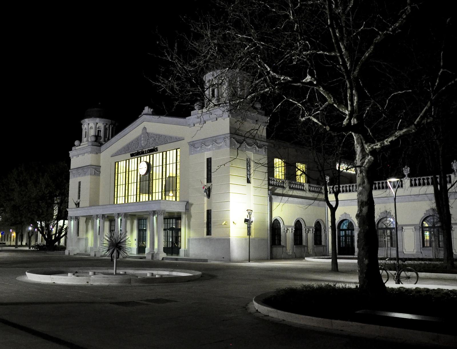 Vasútállomás éjjel