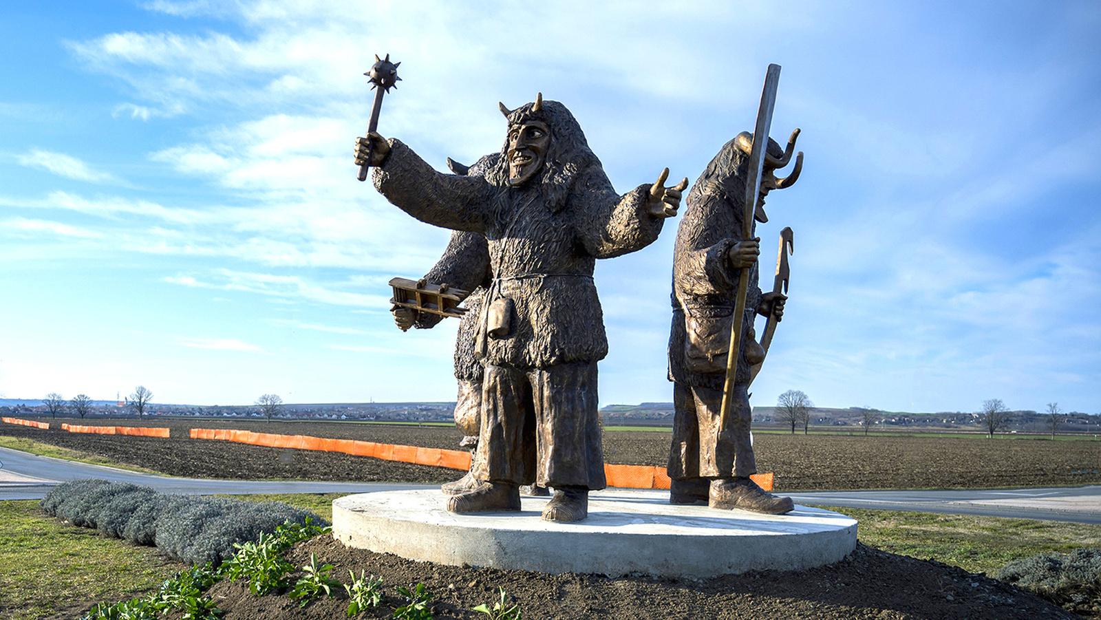 A busó szoborcsoport Mohács határában