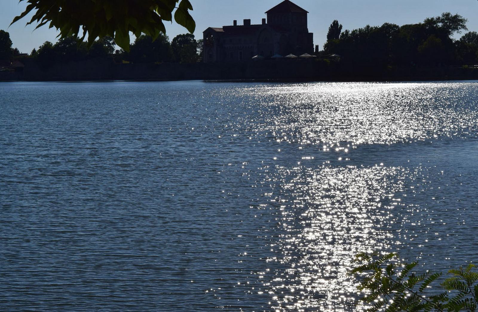 Csillogó víztükör