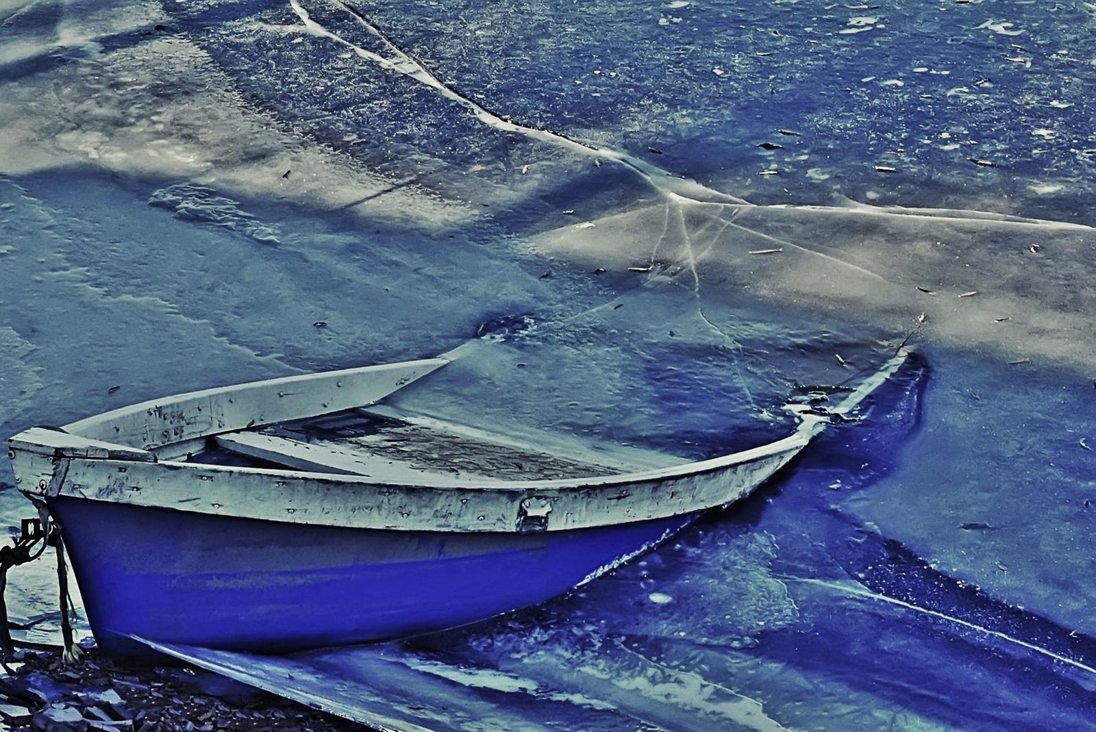 Jégbe fagyott csónak