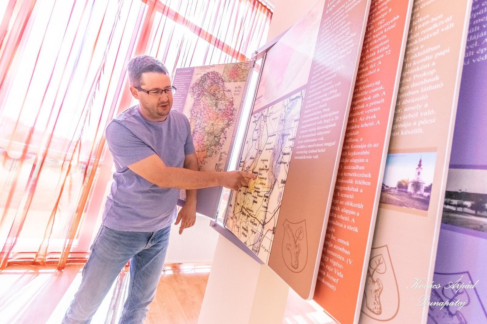 Schill Tamás mutatja Szentkirály, Őrjeg elterülését egy térképen