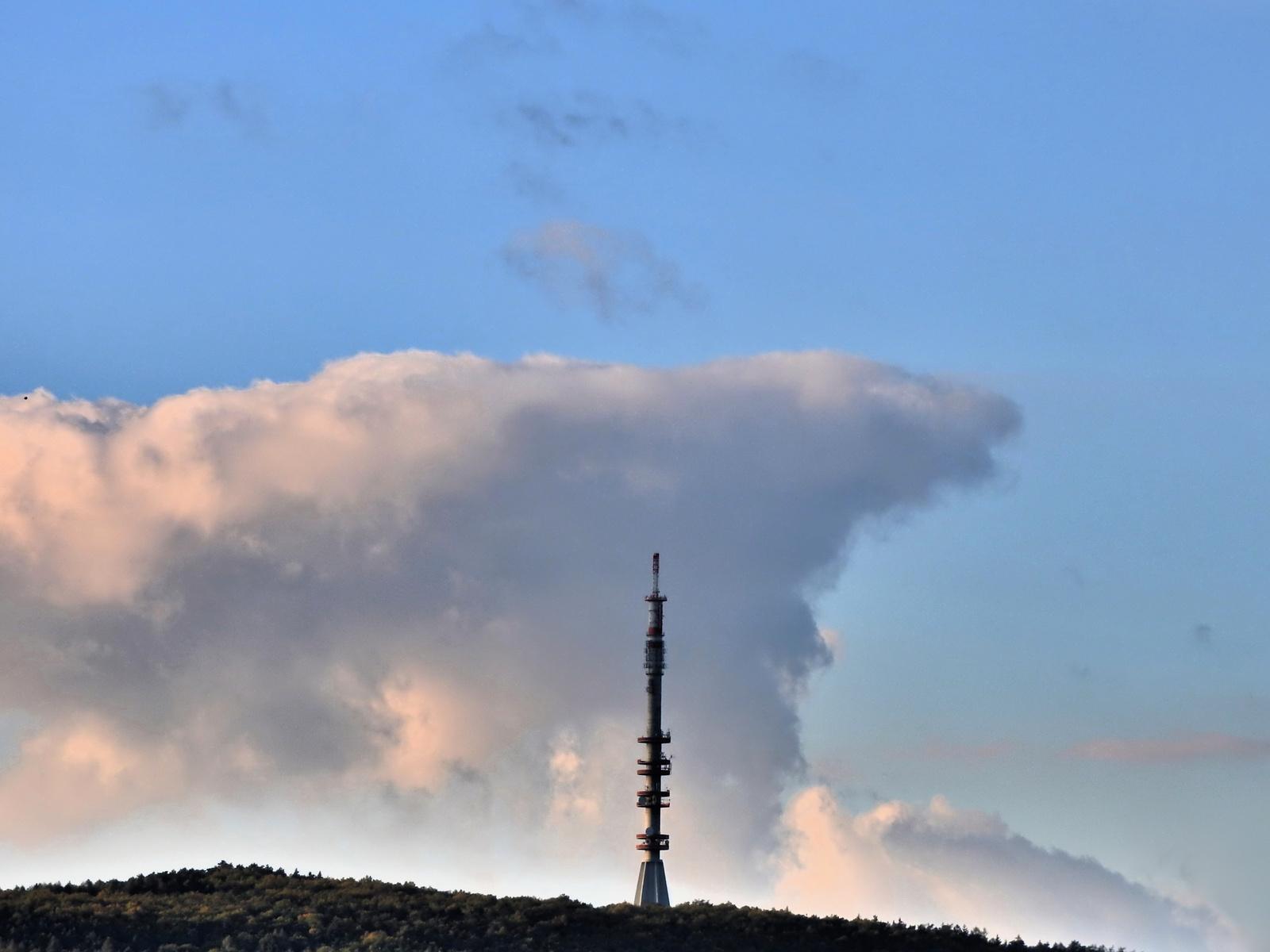 Soproni TV torony és a felhők