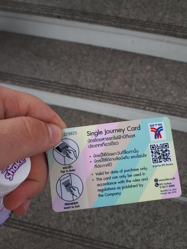 Minden jegy egy plasztikkártya, mely utazás végével visszakerül a céghez.