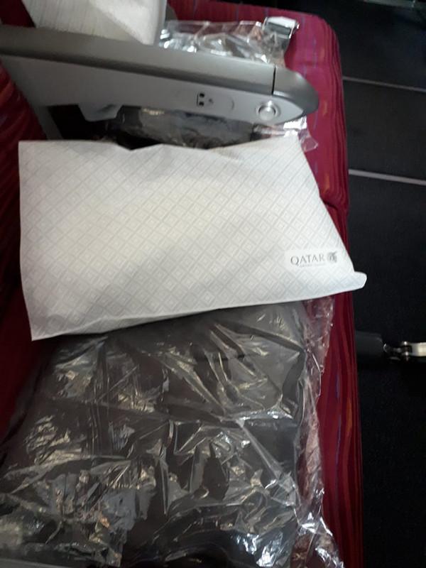 A kényelmet párna és meleg pléd is fokozta. A Bangkok-Doha járaton még apró fedélzeti csomagot is adtak szemfedővel, fogkrémmel és fogkefével.