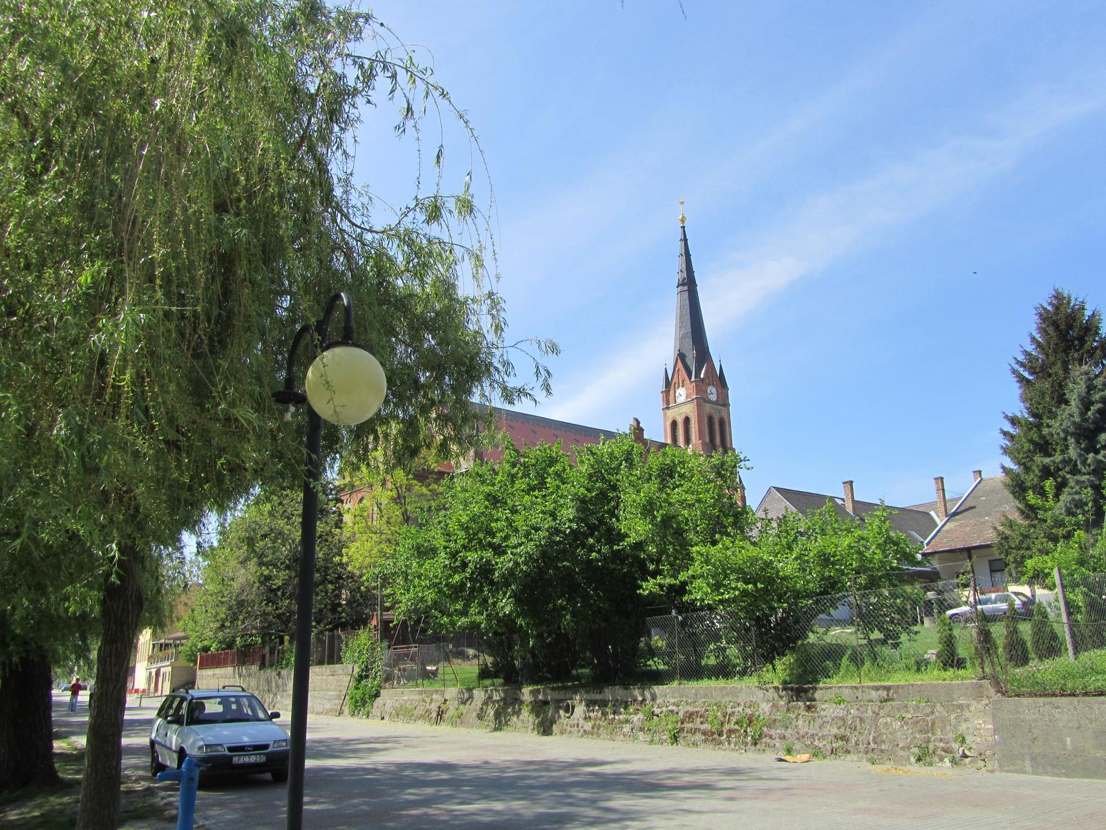 Parti sétány a református templommal