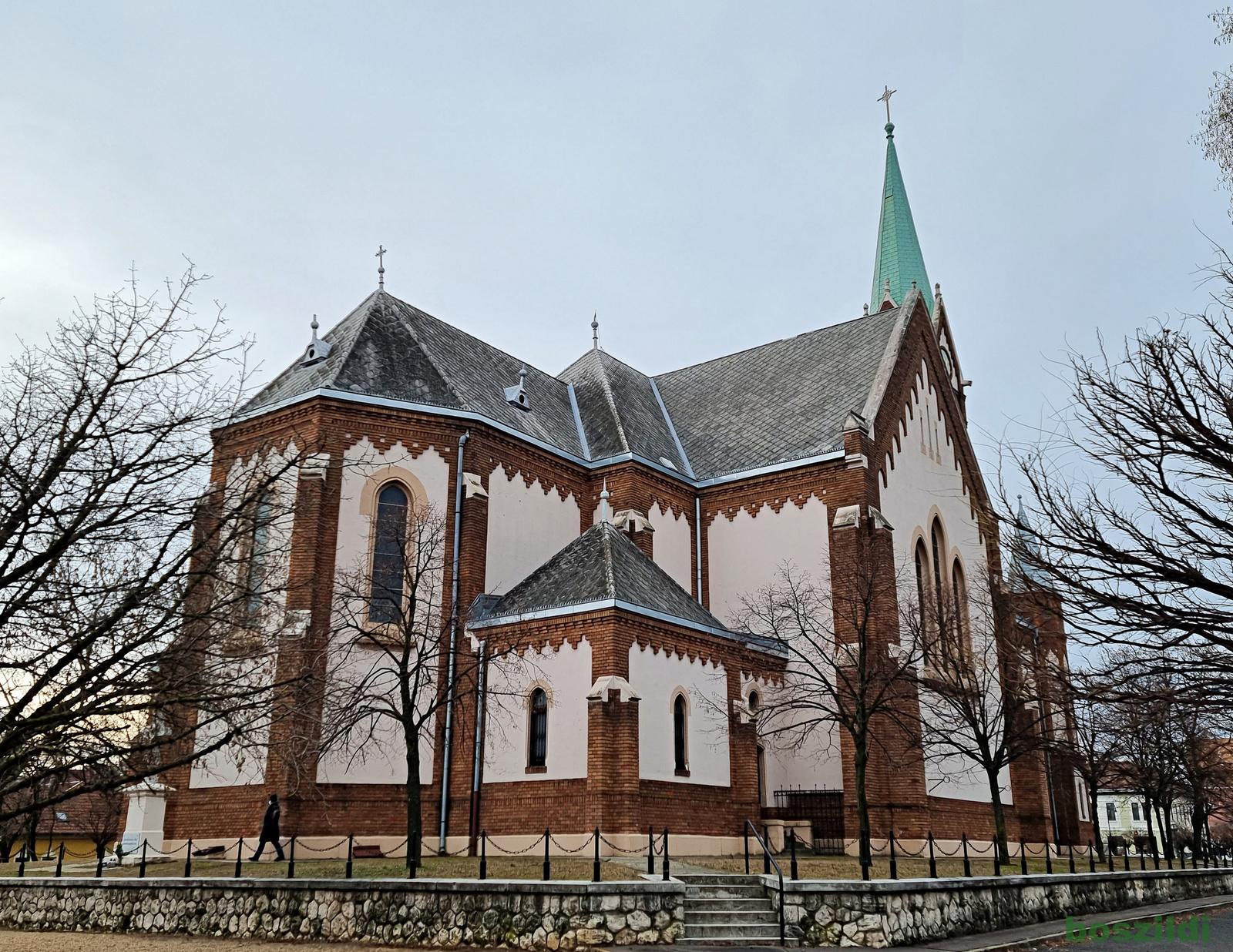 Templom, zöld toronnyal