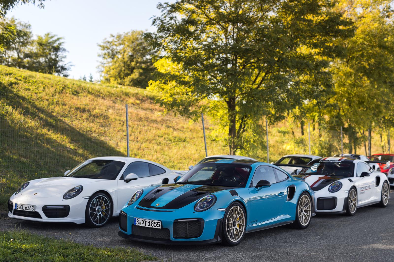 2X Porsche 911 GT2 RS