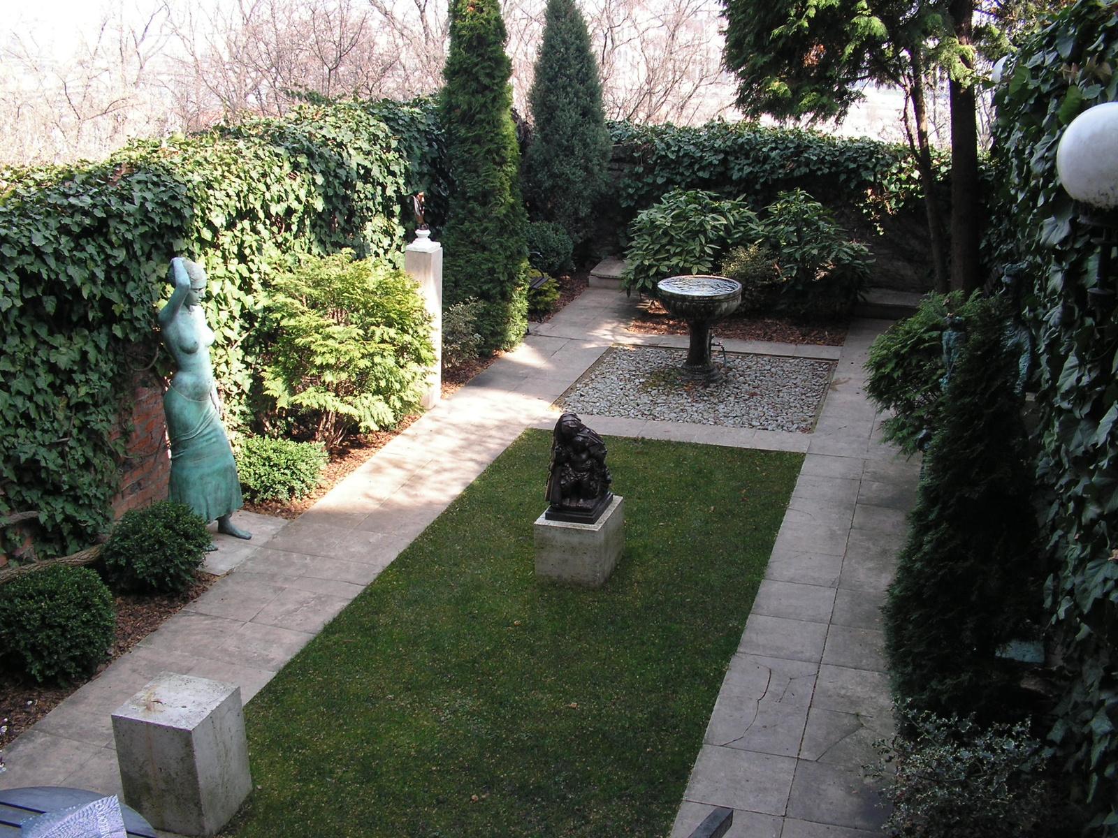 Budapest, a Budai várnegyed, a Koller Galéria kertje, SzG3