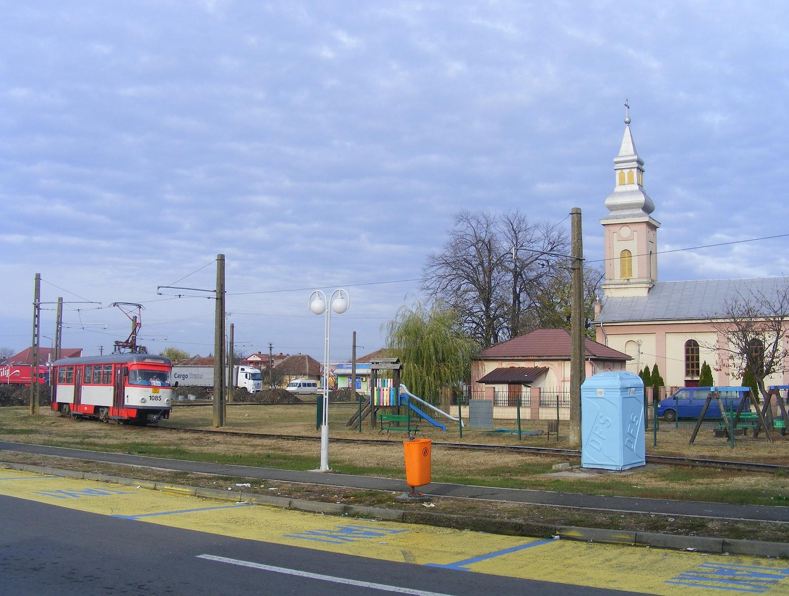 A fordító hurok egy templomot jár körül. Mellette játszótér is v