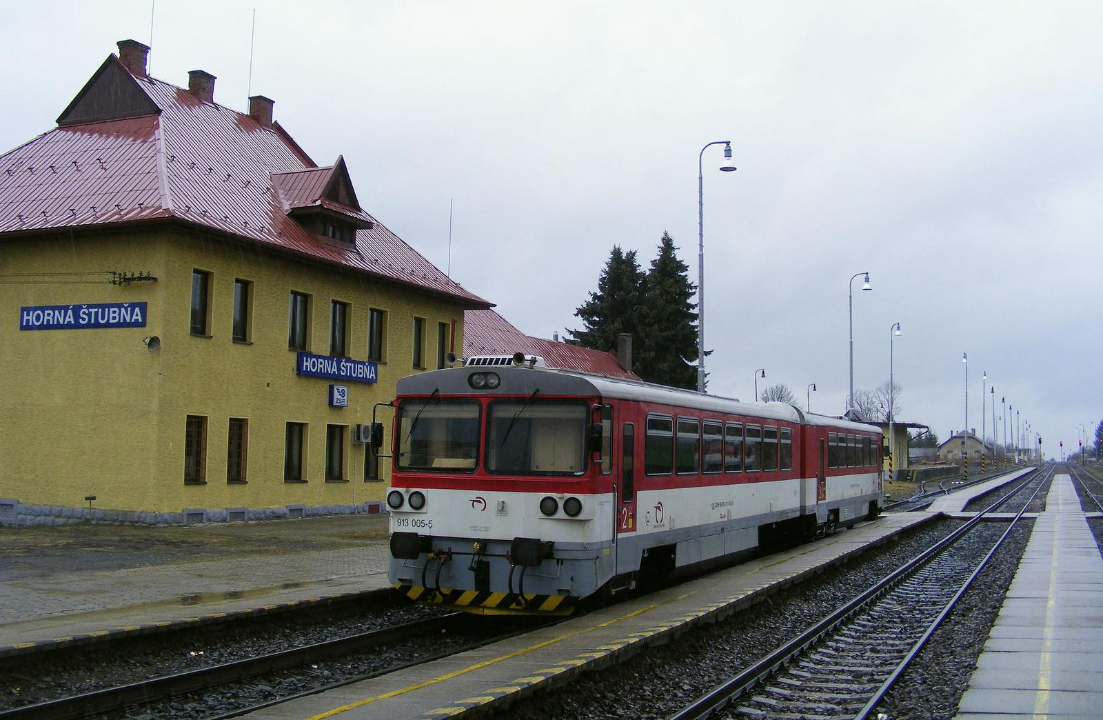 Hegyek között, völgyek között zakatol a vonat