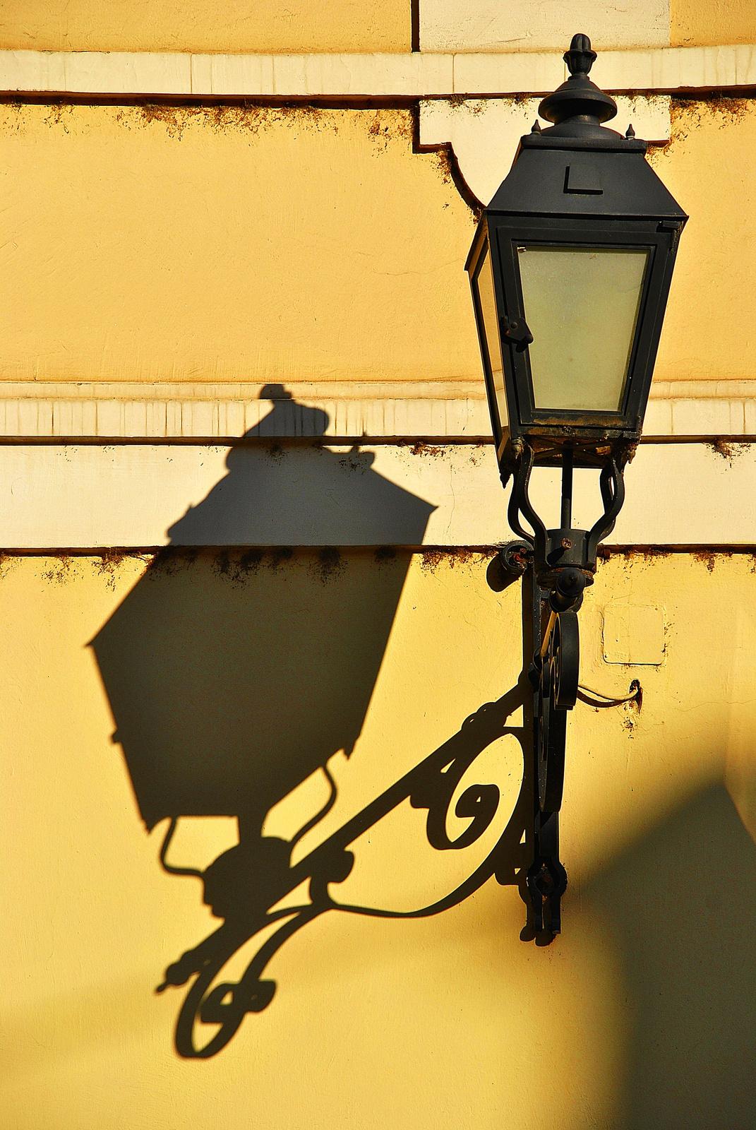Sötéten világító falikar