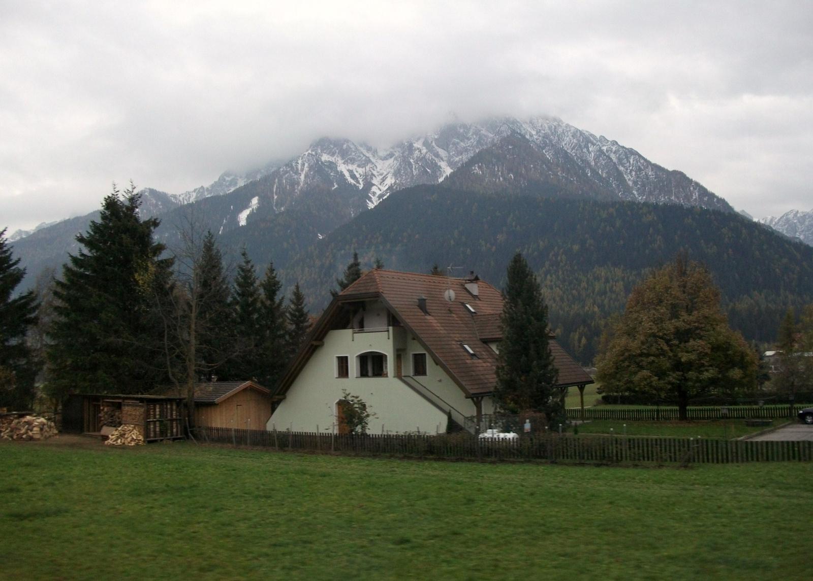 Ház a hegyek alatt